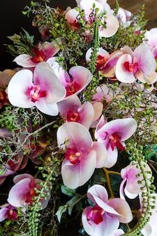 Wspaniała romantyczna kompozycja bukietów z jasnoróżowych kwiatów orchidei