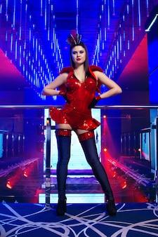 Wspaniała seksowna młoda egzotyczna tancerz tancerka pozuje przy klubem nocnym