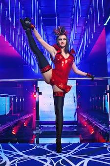 Wspaniała seksowna młoda egzotyczna tancerz tancerka pozuje w klubie nocnym