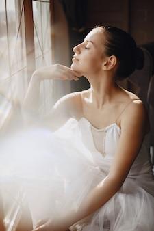 Wspaniała tancerka baletowa. baleriny w pointe. dziewczyna przy oknie.