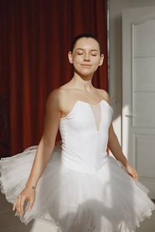 Wspaniała tancerka baletowa. baleriny w pointe. dziewczyna w studiu baletowym.
