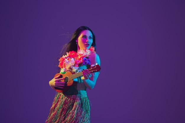 Wspaniała tancerka cinco de mayo na fioletowej ścianie studia w neonowym świetle