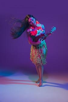 Wspaniała tancerka cinco de mayo na fioletowo w świetle neonowym