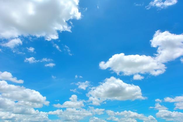 Wspaniałe błękitne niebo i białe chmury panoramy