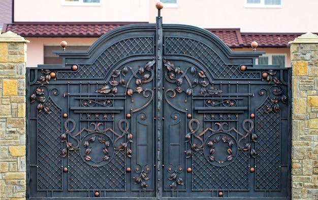 Wspaniałe bramy z kutego żelaza, ozdobne kucie, elementy kute z bliska.