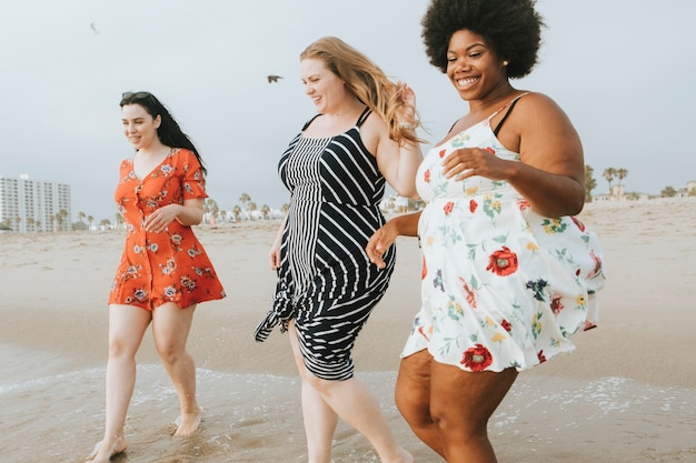 Wspaniałe kobiety cieszące się plażą