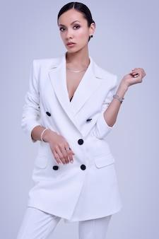 Wspaniałe kobiety z ameryki łacińskiej w białym kolorze mody