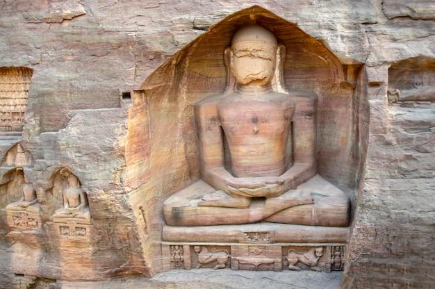 Wspaniałe monolityczne, wykute w skale posągi i pomniki dżinistów w siddhanchala gwalior. madhya pradesh, indie