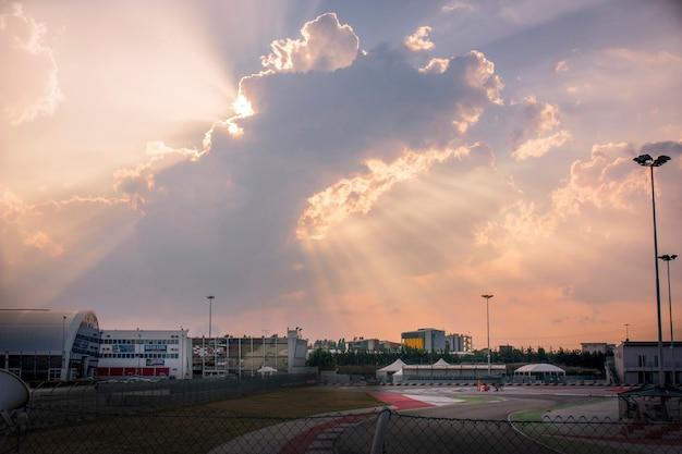 Wspaniałe niebo, na którym widać promienie słońca przenikające przez chmury