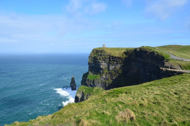 Wspaniałe słońce świecące wzdłuż klifów morskich moher w irlandii.
