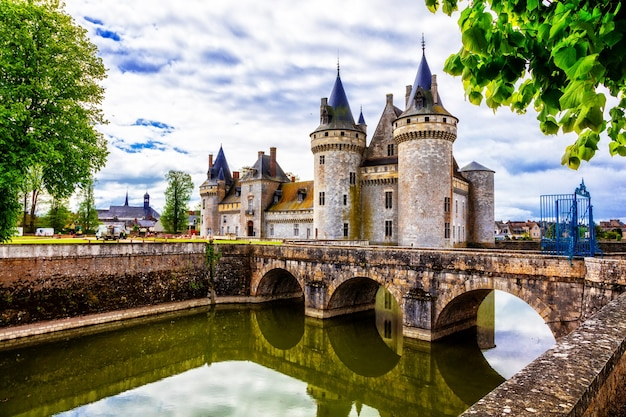Wspaniałe średniowieczne zamki francji - sully-sur-loire