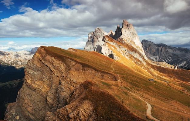 Wspaniałe światło dzienne. wspaniałe wzgórza dolomitów seceda w ciągu dnia.