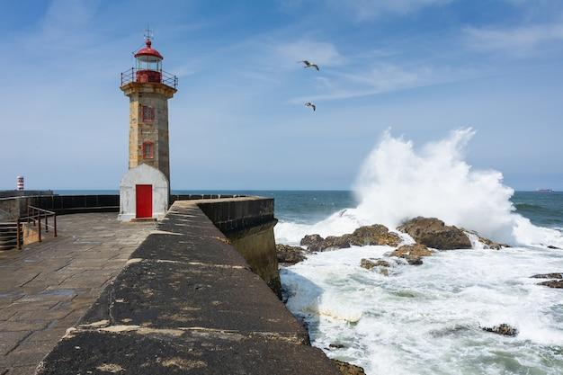 Wspaniałe ujęcie scenerii latarni morskiej felgueiras znajdującej się w porto, portugalia