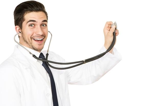 Wspaniałe wyniki! portret wesoły lekarz mężczyzna śmiejąc się trzymając stetoskop w kierunku copyspace na białym tle