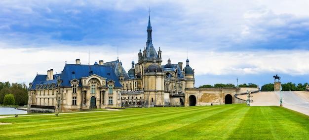 Wspaniałe zamki francji - chateau de chantilly. słynna galeria sztuki i muzeum