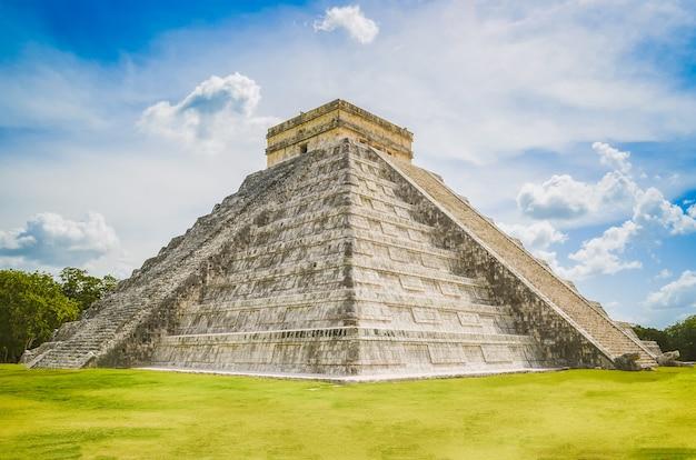 Wspaniałe zdjęcie piramidy chichen itza, cywilizacji majów, jednego z najczęściej odwiedzanych stanowisk archeologicznych w meksyku. co roku ruiny odwiedza około 1,2 miliona turystów.