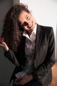 Wspaniały afrykański bizneswoman stoi nad białym tłem
