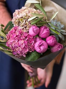 Wspaniały Bukiet Różnych Kwiatów Jako Prezent Urodzinowy. Piękna Kompozycja Kwiatowa Piwonii I Hortensji W Nagrodę Dla Kogoś Wyjątkowego Premium Zdjęcia