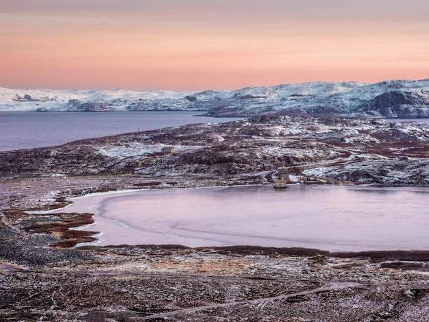 Wspaniały górski krajobraz nad morzem barentsa
