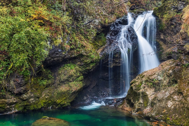 Wspaniały jesieni siklawy widok w vintgar wąwozie, sławny turystyczny miejsce przeznaczenia blisko jeziora krwawił w slovenia