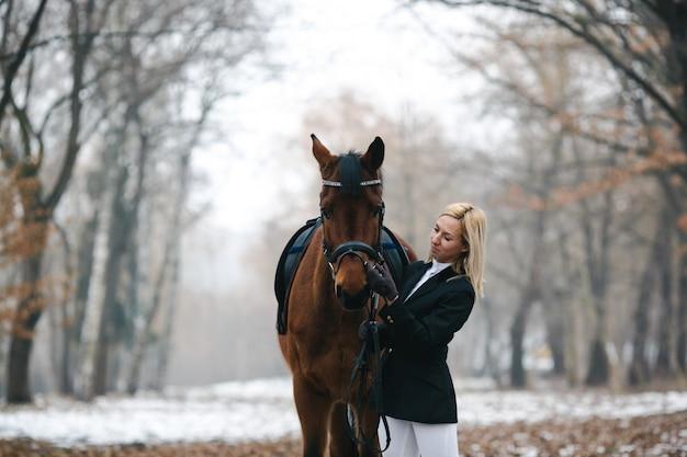 Wspaniały koń i właściciel w lesie