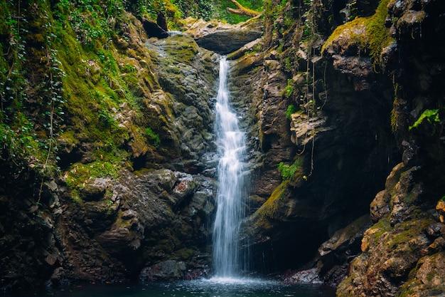 Wspaniały krajobraz z górskim wodospadem