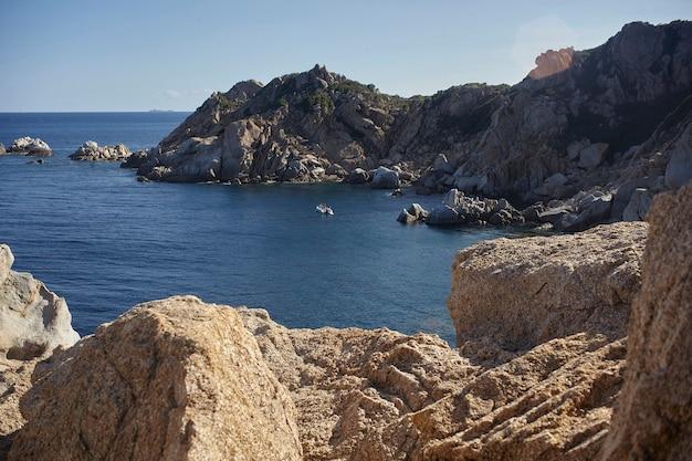 Wspaniały naturalny widok na wybrzeże południowej sardynii z granitowymi górami z widokiem na morze