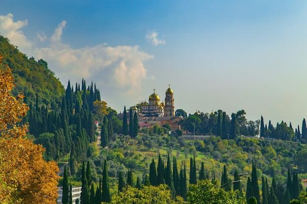 Wspaniały nowy klasztor athos jesienią. słoneczny dzień, jasna przyroda i błękitne niebo. abchazja.