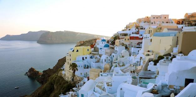 Wspaniały panoramiczny widok na wyspę santorini z białymi domami i niebieskimi kopułami w słynnym greckim kurorcie oia, grecja, europa.