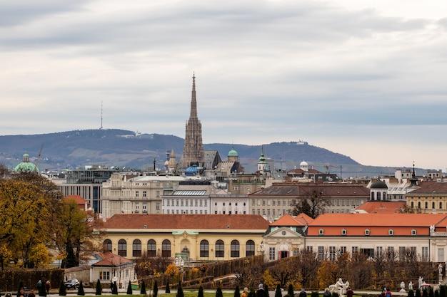 Wspaniały pejzaż z widokiem na kompleks unteres belvedere i inne zabytkowe budynki na tle szarego pochmurnego nieba w jesienny dzień w wiedniu, austria.