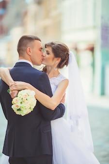 Wspaniały ślub para cieszy się słoneczny dzień na starym mieście z architekturą