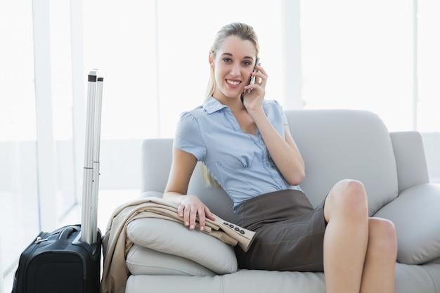 Wspaniały spokojny bizneswoman dzwoni podczas gdy siedzący na leżance