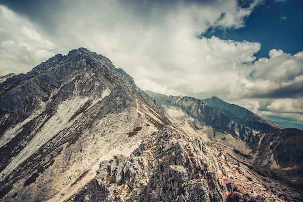 Wspaniały spokojny krajobraz w odcieniach błękitu i szarości. władcze tatry na słowacji, najwyższe pasmo górskie w karpatach. majestatyczny widok panoramiczny. podróże, wakacje, rekreacja
