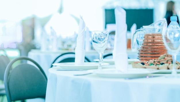 Wspaniały stołek na wakacje i nakrycie stołu dla smakoszy ki