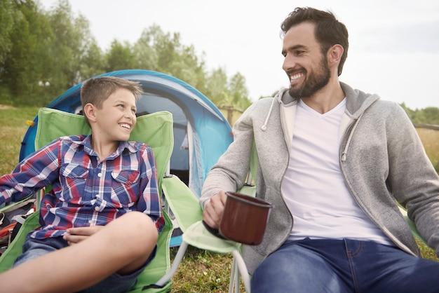 Wspaniały weekend spędzony przez chłopca i jego ojca