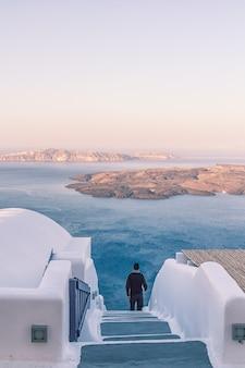 Wspaniały widok na budynki miasta i zatokę na santorini w grecji