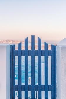 Wspaniały widok na budynki miasta na santorini, grecja