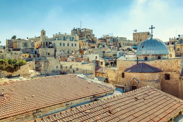 Wspaniały widok na dachy starych domów