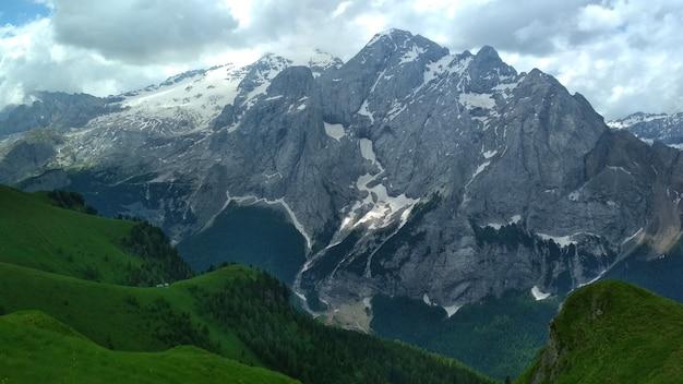 Wspaniały widok na góry cadini di misurina w parku narodowym tre cime di lavaredo.