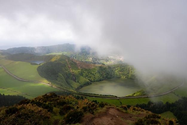 Wspaniały widok na jezioro w górach z kwiatami na pierwszym planie. scena dramatyczna i malownicza