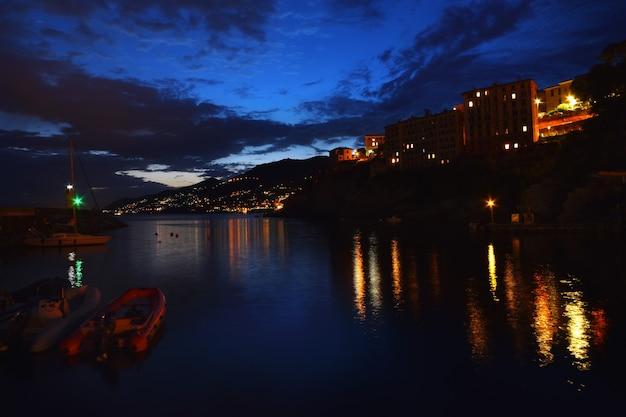 Wspaniały widok na mały port w camogli światła i kolory odbijają się na morzu tworząc