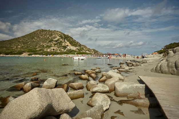Wspaniały widok na naturalną zatokę punta molentis na południu sardynii