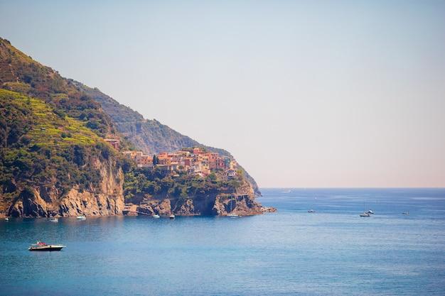 Wspaniały widok na piękną i przytulną wioskę corniglia w rezerwacie cinque terre