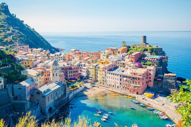 Wspaniały widok na piękną i przytulną wioskę vernazza w rezerwacie cinque terre