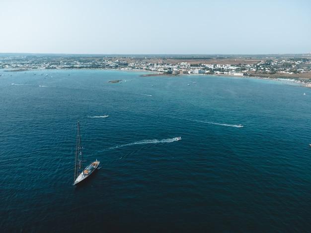 Wspaniały widok na porto cesareo i wyspę królików w puglia