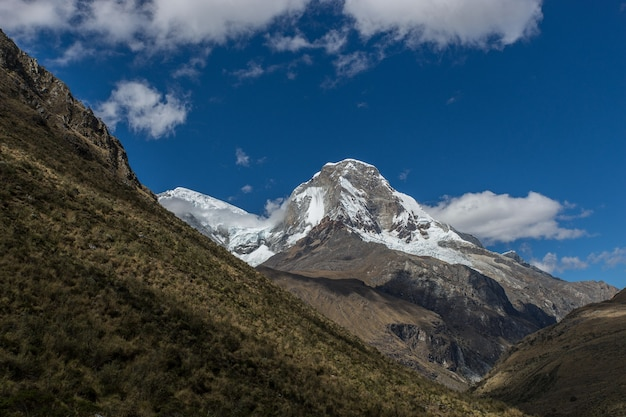 Wspaniały widok na szczyt pod błękitnym i pochmurnym niebem w peru