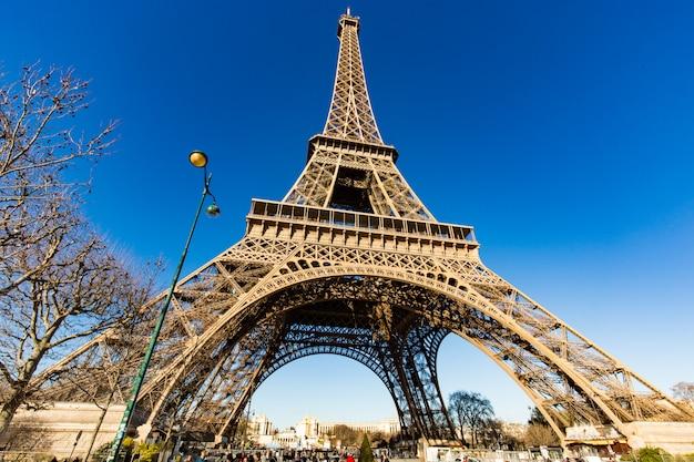 Wspaniały widok na wieżę eiffla w paryżu, la tour eiffel z niebieskim niebem.