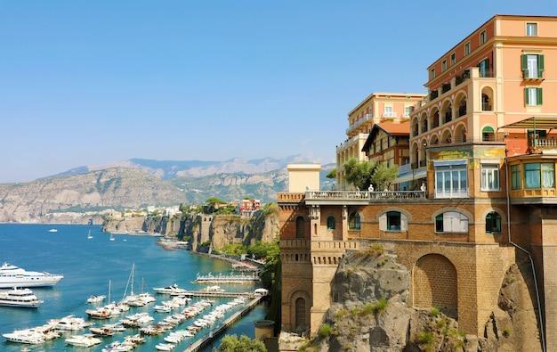 Wspaniały widok na wybrzeże sorrento, neapol, włochy