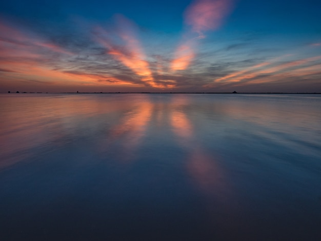 Wspaniały wschód słońca z widokiem na rzekę banana w kierunku stacji sił powietrznych cape canaveral