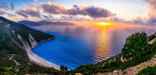 Wspaniały zachód słońca nad najpiękniejszą plażą myrtos, wyspa kefalonia, grecja